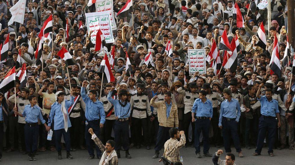 Los estragos del atentado en la mezquita de Kuwait.Los hutíes convocaron una manifestación multitudinaria en la capital yemení, Saná, para condenar los ataques.