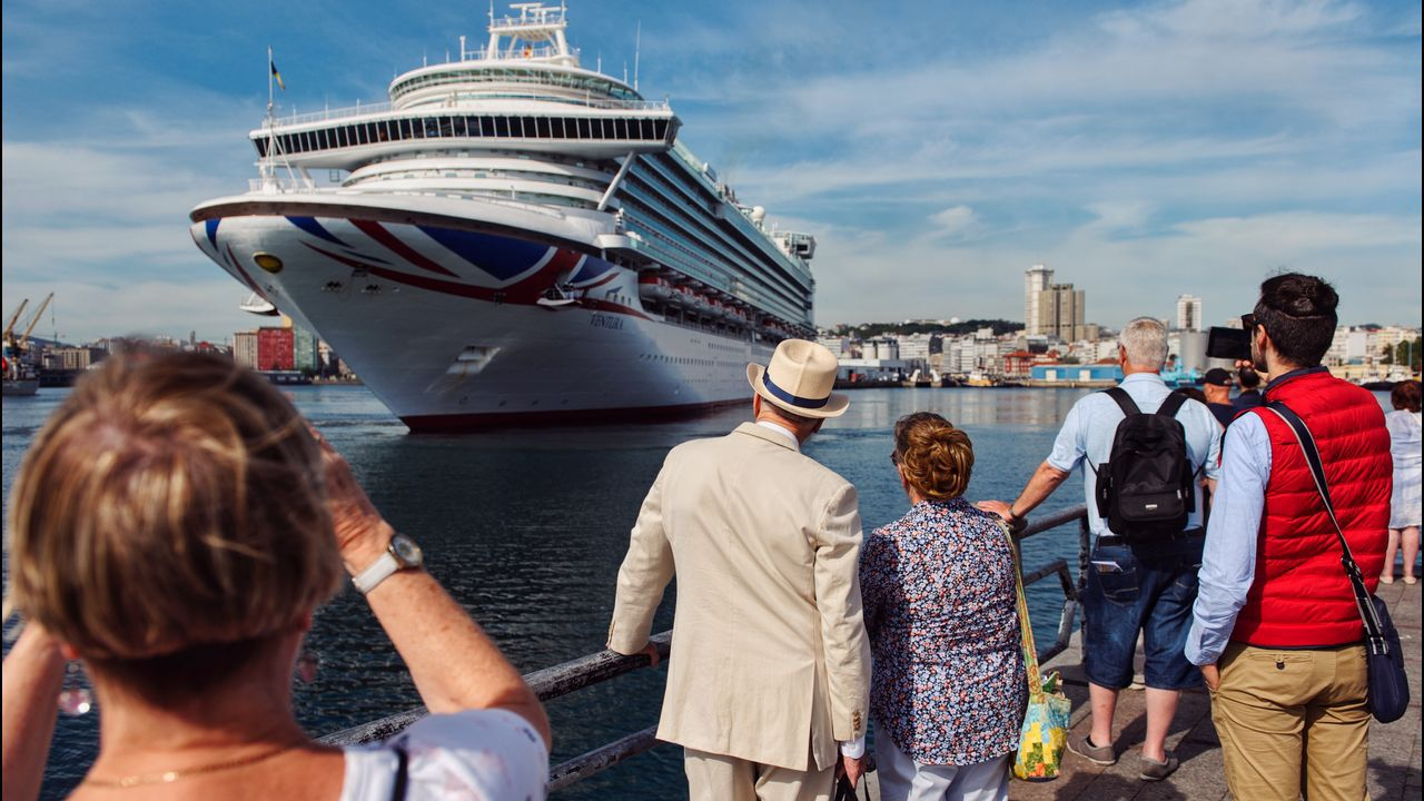 Desembarco de cruceristas en A Coruña.Rosa Gallego y Beatriz Mato