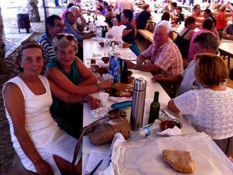 Carmen Cochón, a la izquierda, cocina desde hace 12 años los callos y da ejemplo reservando siempre una mesa para familia y amigos.
