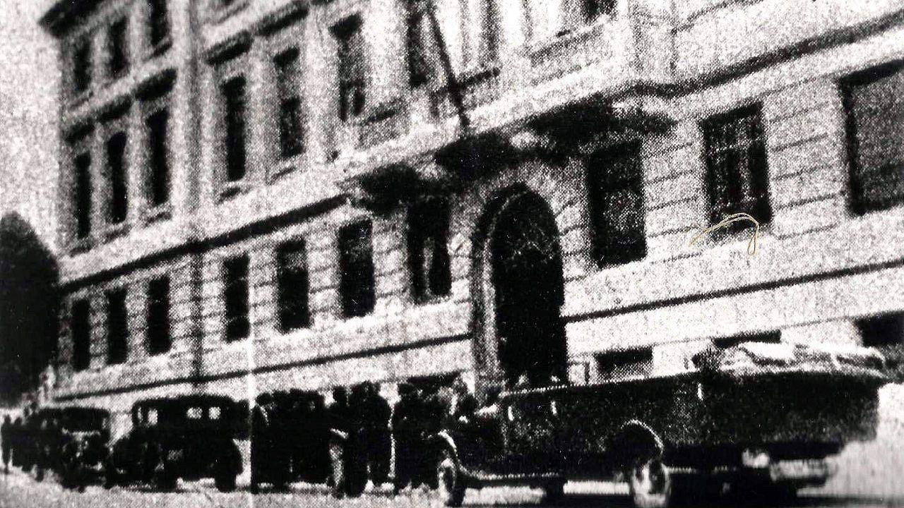 Una imagen del palacio de Gobernación de Asturias, en Oviedo, (actualmente Jefatura de Policía), antes de la Guerra Civil. Las puertas son las mismas que hay ahora