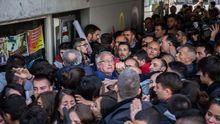 Decenas de estudiantes de la UAB tratan de impedir por la fuerza un acto de Álvarez de Toledo