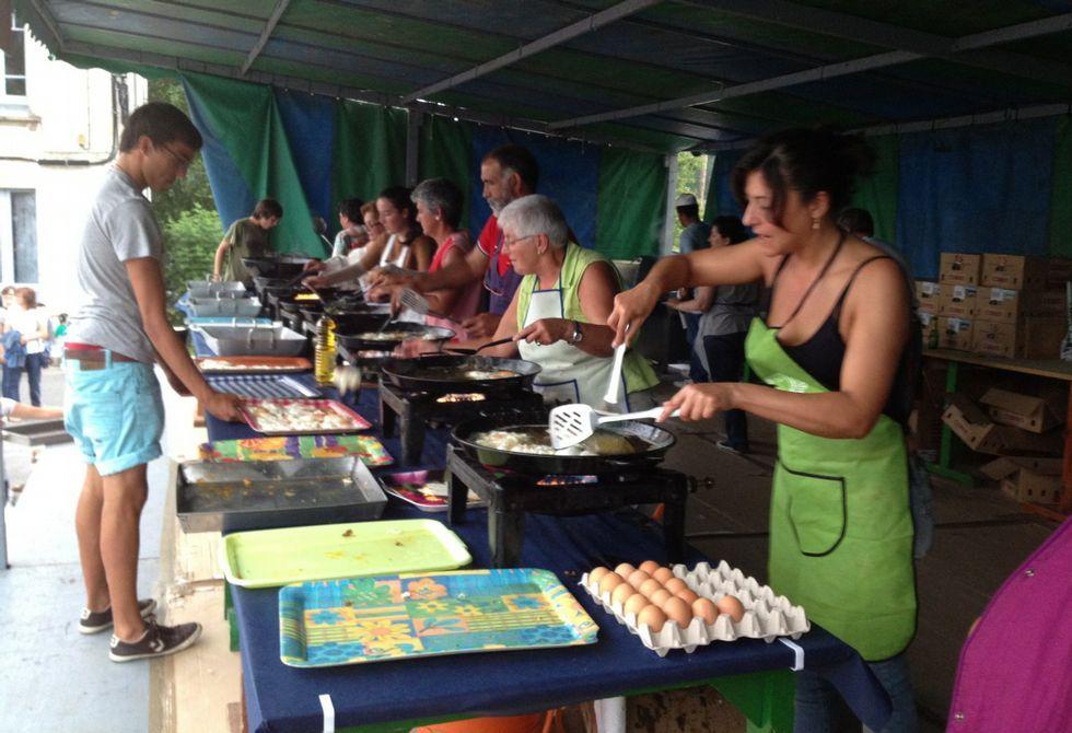 La familia Ortega disfruta con el concurso de saltos en Casas Novas.Unos 6.000 huevos se freirán mañana, viernes, en Cervo con motivo de la décima fiesta gastronómica.