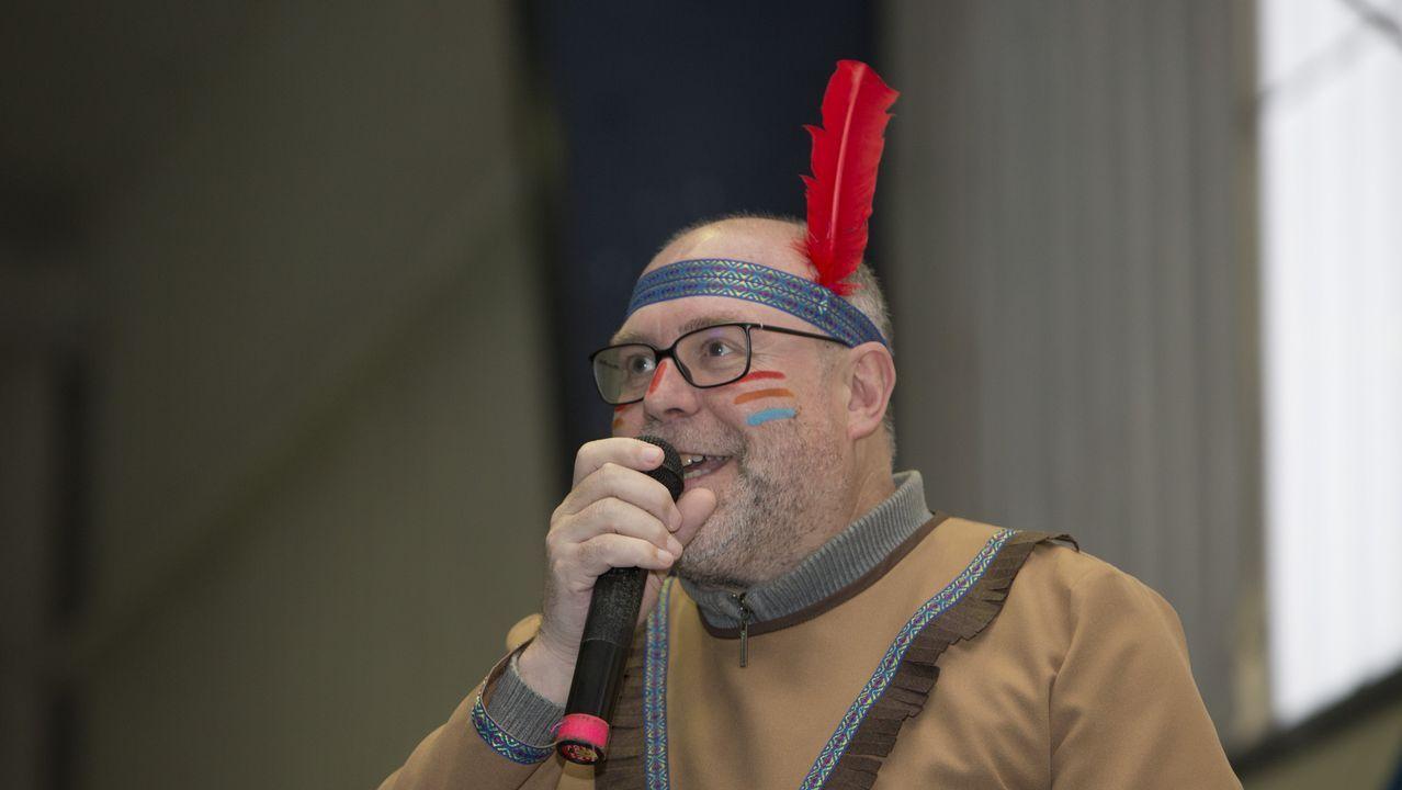 El alcalde de Vimianzo, Manuel Antelo, eligió vestirse de indio para las celebraciones de entroido.