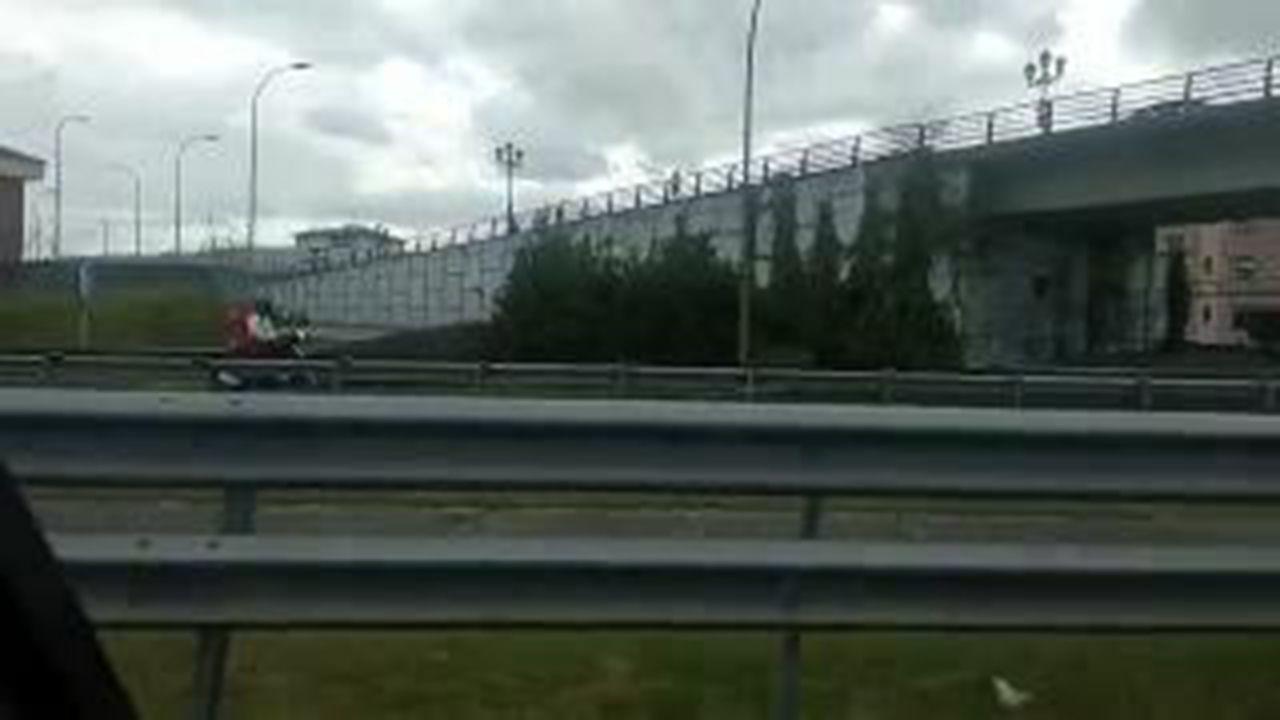 Un motorista, en dirección contraria en Oviedo