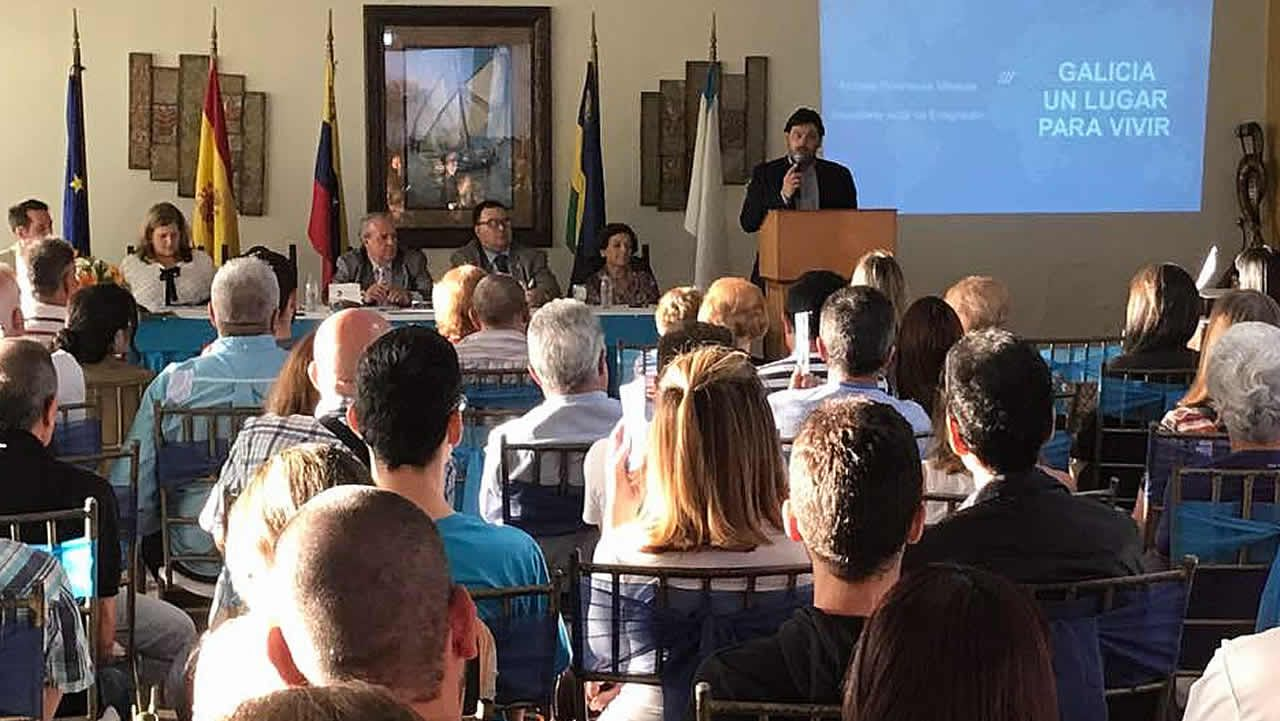 Miranda, en una imagen de archino, explicando los programas de retorno a 1.500 gallegos de Venezuela.Visita do delegado da Xunta á escola infantil de Paradai
