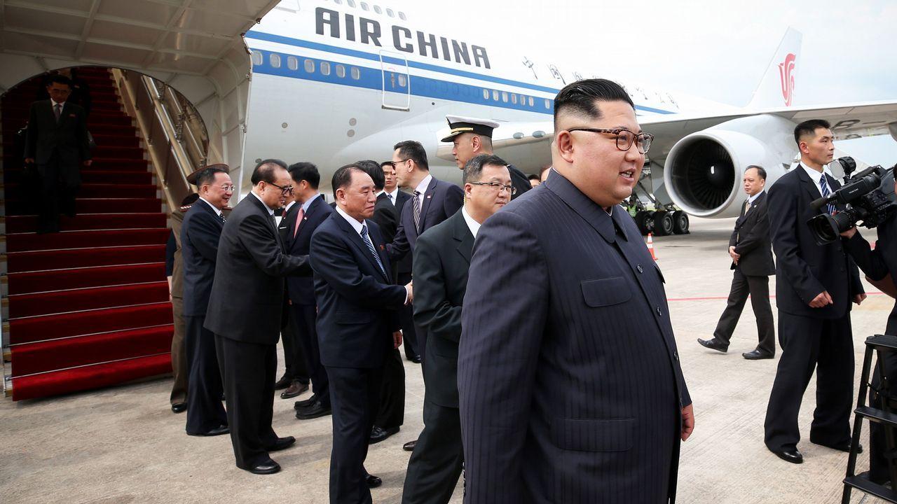 Donald Trump y Kim Jong-Un ya están en Singapur.El líder norcoreano Kim Jong-un mientras supervisa un ejercicio de vuelo de pilotos de combate, este martes en Pyongyang