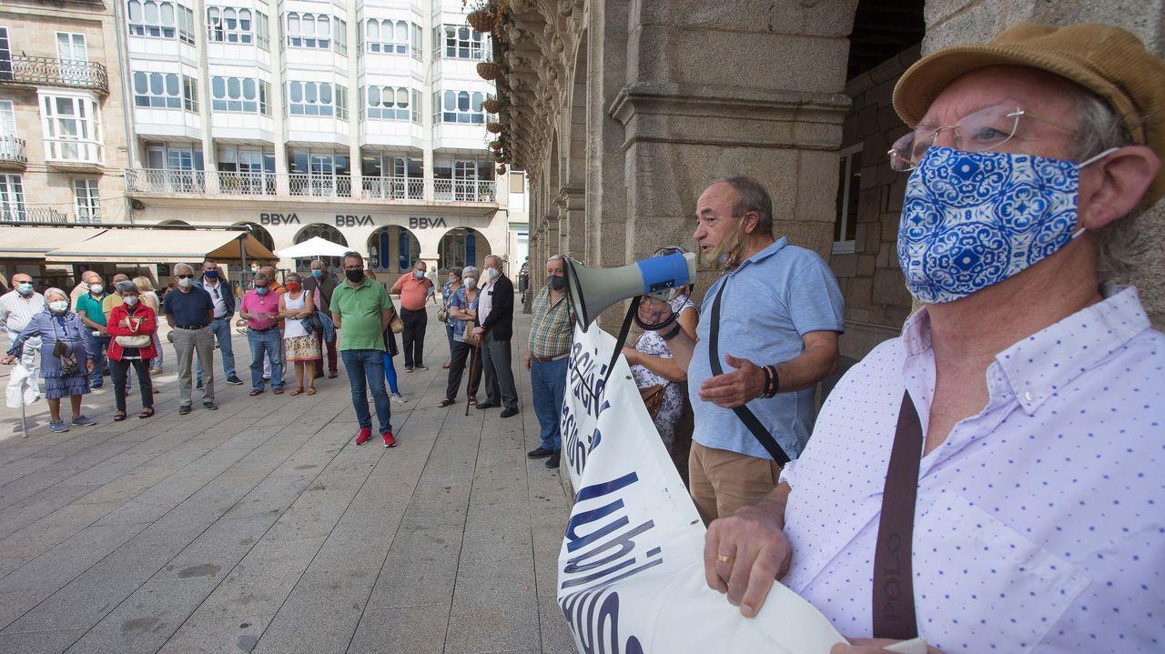 Concentración de pensionistas a las puertas del Concello de Lugo