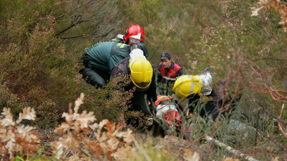 La cosecha de la uva en O Salnés.Bomberos y personal del grupo de emergencias de O Courel en un rescate tras un accidente de tráfico en el año 2016