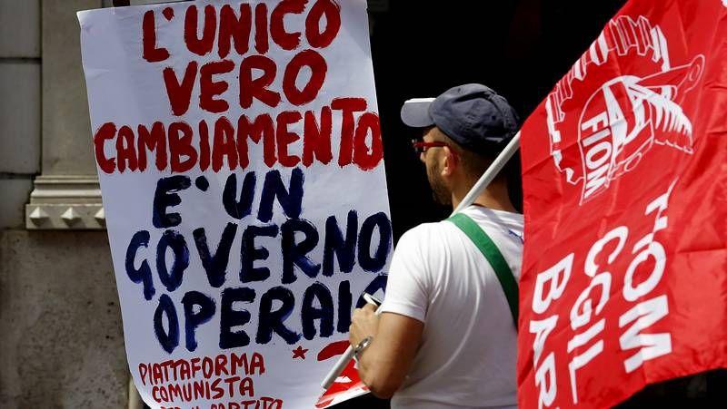 El candidato del PD a la alcaldía de Roma, Ignazio Marino, saluda tras su triunfo electoral.