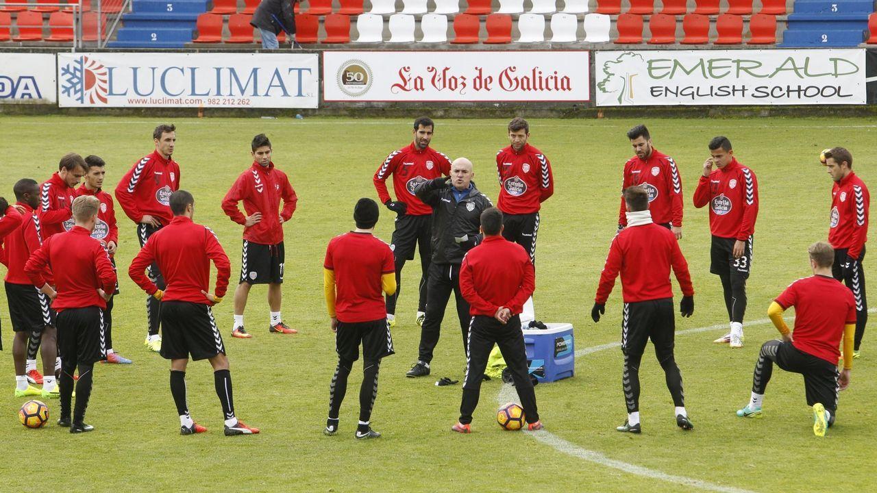 Joselu Mato posando con la bufanda y en el estadio de su nuevo equipo