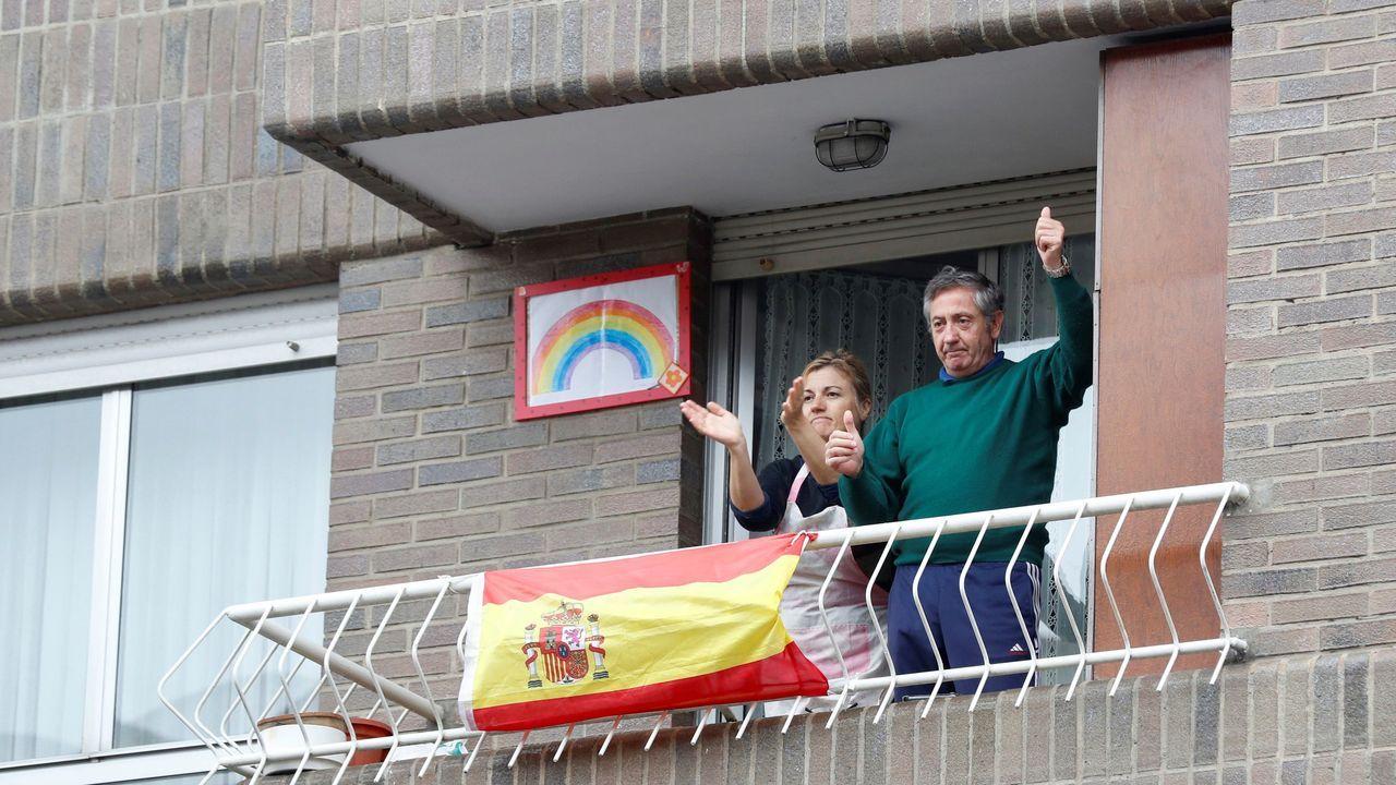 Vecinos de Lugones (Siero) aplauden al Ejército de Tierra desde los balcones