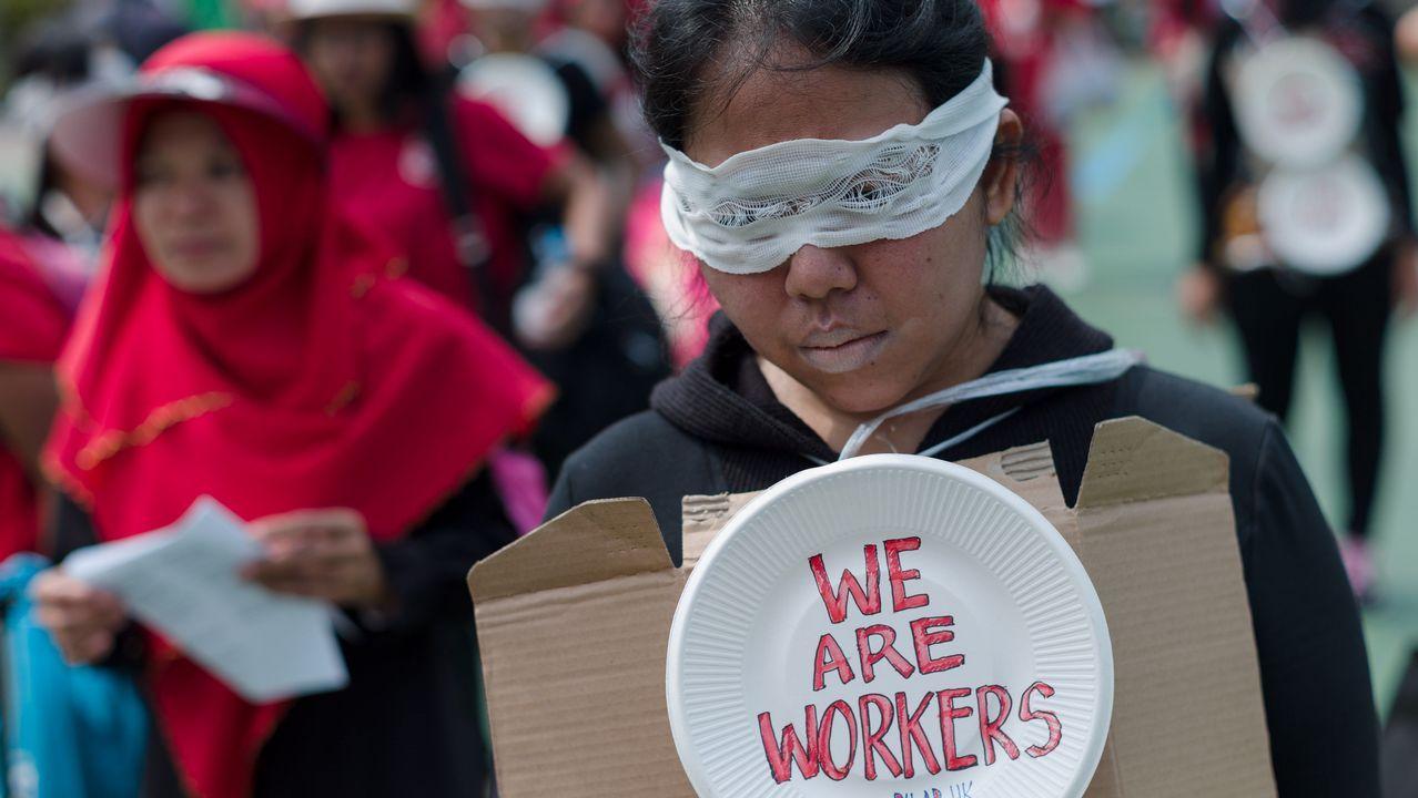 Trabajadores domésticos migrantes participan en la manifestación convocada con motivo del Primero de Mayo en Hong Kong (China). Según los convocantes, cerca de 4.000 personas de diferentes sindicatos han participado en las protestas para exigir una mejora en las condiciones laborales de los trabajadores.