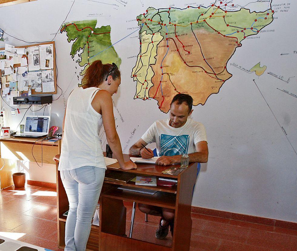 Los peregrinos que se alojan en el albergue de A Portela dejan dedicatorias en el libro de visitas.