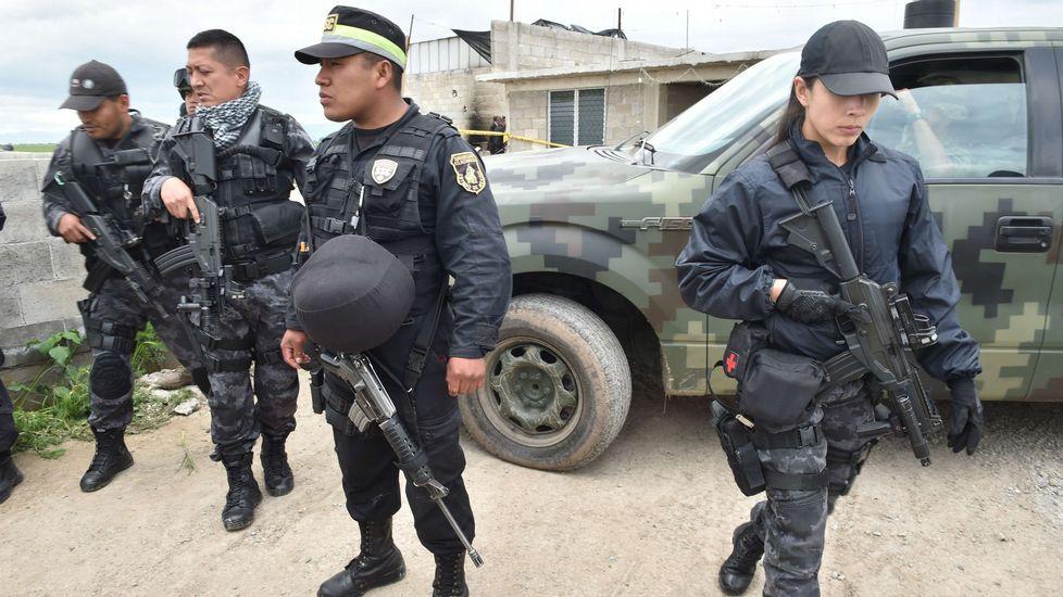 Los policías realizan labores de búsqueda para encontrar a el Chapo.