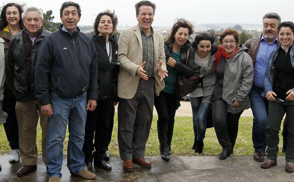 Elecciones municipales: la campaña, en fotos.El viento sorprendió al BNG en el posado en Vista Real.