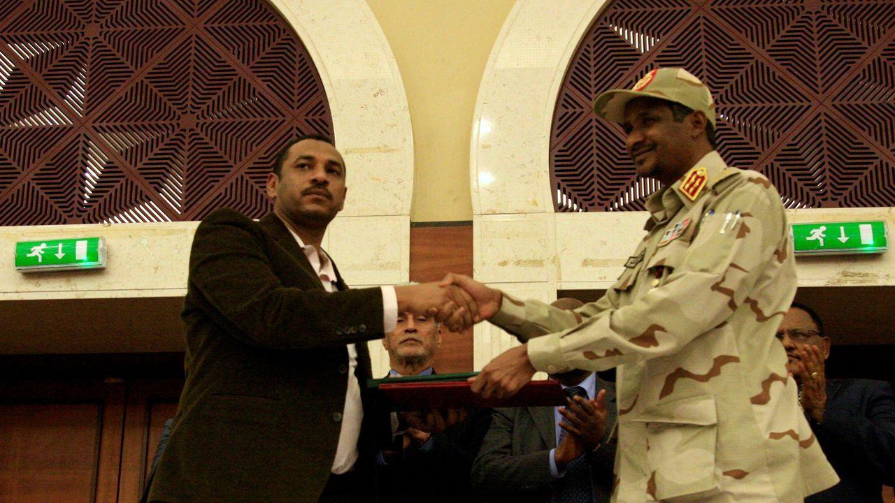 arturo.El opositor Ahmad al Rabiah estrecha la mano a Hamdan Dagalo, representante de la junta militar de Sudán