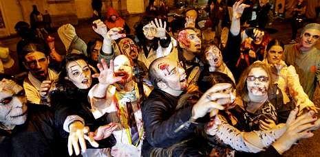 Así es el anuncio de la Lotería de Navidad.Mucha sangre y la ropa desgarrada, «atrezzo» imprescindible para ir de zombi por la vida.