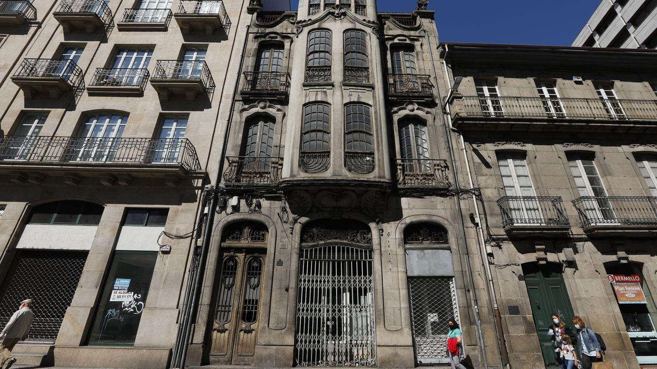 Así está el accesoprincipal a la Casa Taboada, en la ciudad de Ourense.El alcalde, Manuel Prado, junto al terreno que se va a dedicar al nuevo cementerio.