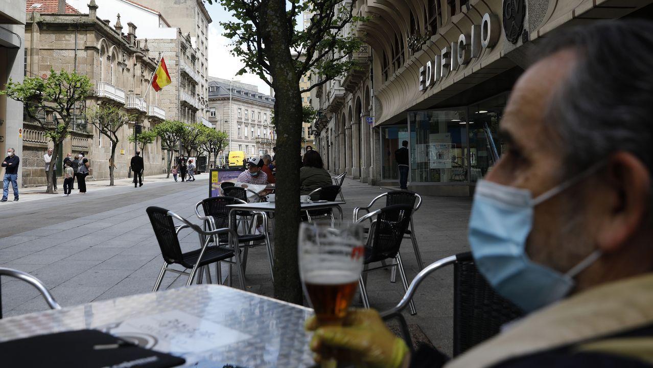 Un cliente, disfrutando de una caña en la terraza de un bar de la calle del Paseo, respetando las distancias de seguridad