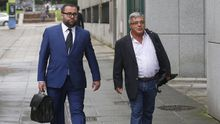 El ex gerente de la fundación Infide, dependiente del sindicato minero SOMA-UGT, Pedro Castillejo (d), que se enfrenta a una petición de la Fiscalía de tres años y medio de prisión, a su llegada a la Sección Tercera de la Audiencia Provincial de Oviedo.