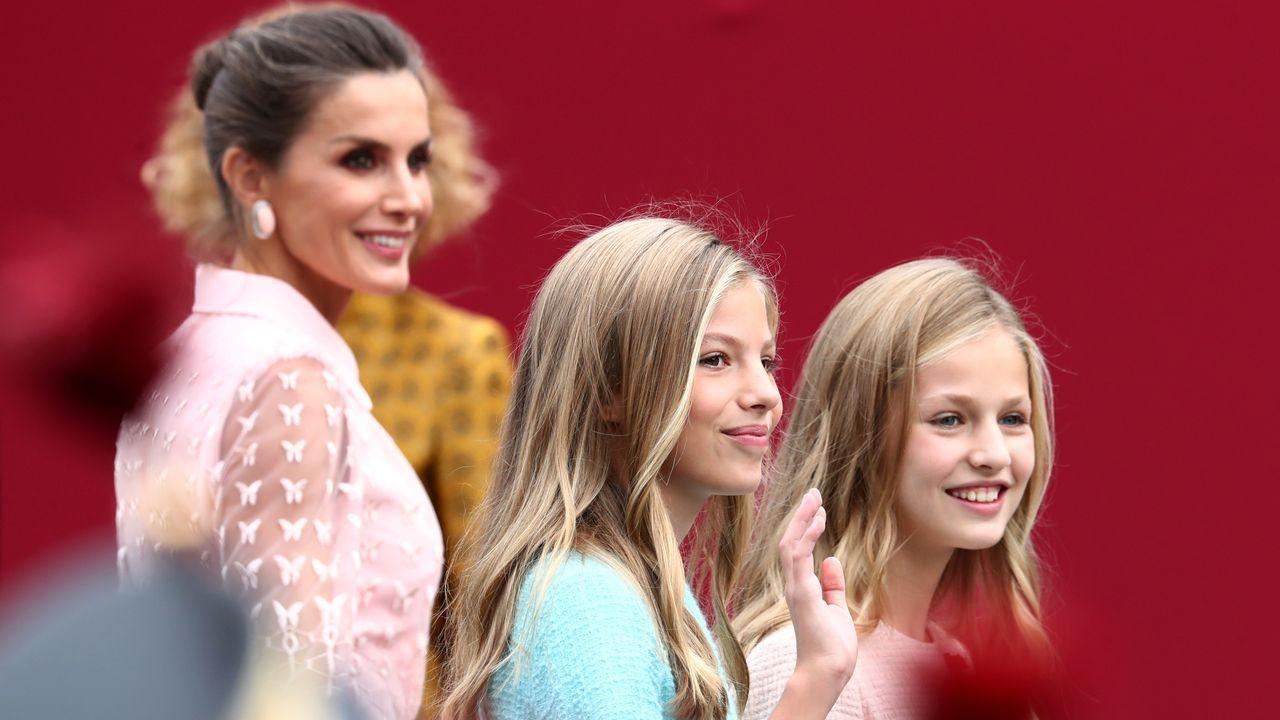 El arriesgado «look» de la reina Letizia, en imágenes. La princesa Leonor, acompañada por su padre, el Rey, interviene por primera vez en un acto oficial con la lectura de un extracto de la Constitución