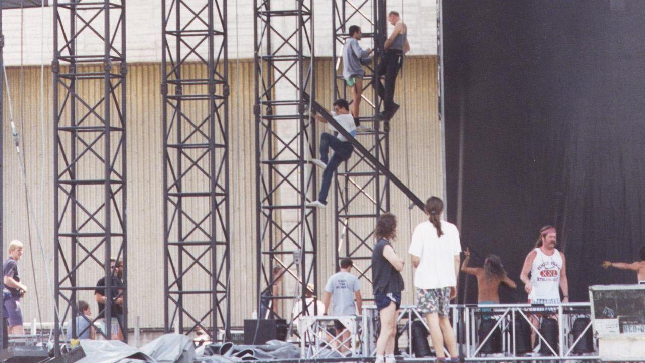 Montaje del escenario para el Concierto de los Mil Años, en 1993, el último encuentro musical que se celebró en el estadio de Riazor