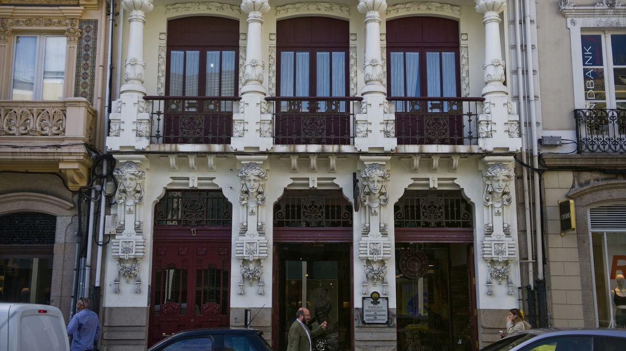 Este inmueble de 1912, la Casa Arambillet, donde ahora está el Caffè Vecchio, es obra de unos de los referente del modernismo arquitectónico en A Coruña, Antonio López Hernández. En su fachada, reformada en el 2013, podemos observar varias caras inspiradas en Elizabeth Siddall