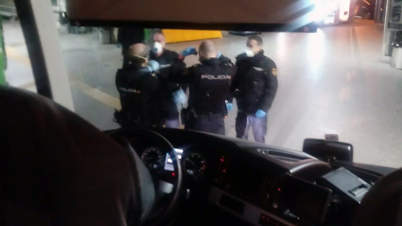 Policías con mascarillas en la estación de autobuses de Oviedo