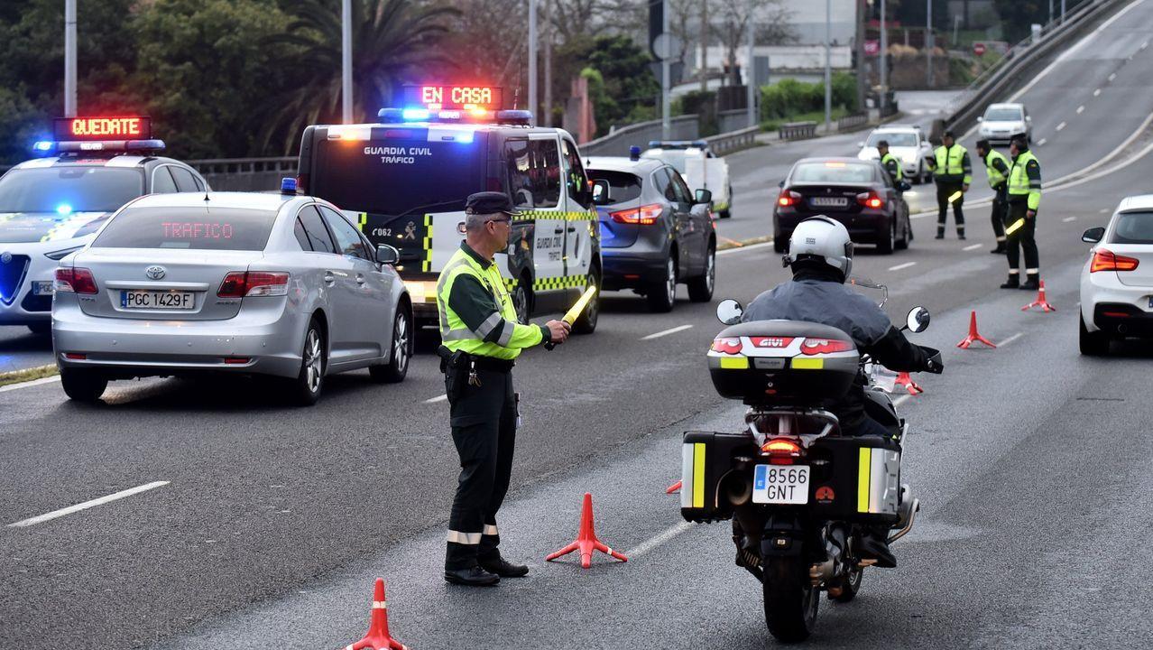 Control de la Guardia Civil en el puente del Pasaje, en la salida de la ciudad de A Coruña