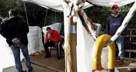 Los trabajadores siguen haciendo guardia frente a la fábrica cartonera, en O Pousadoiro, donde hoy cumplen 35 días de huelga.