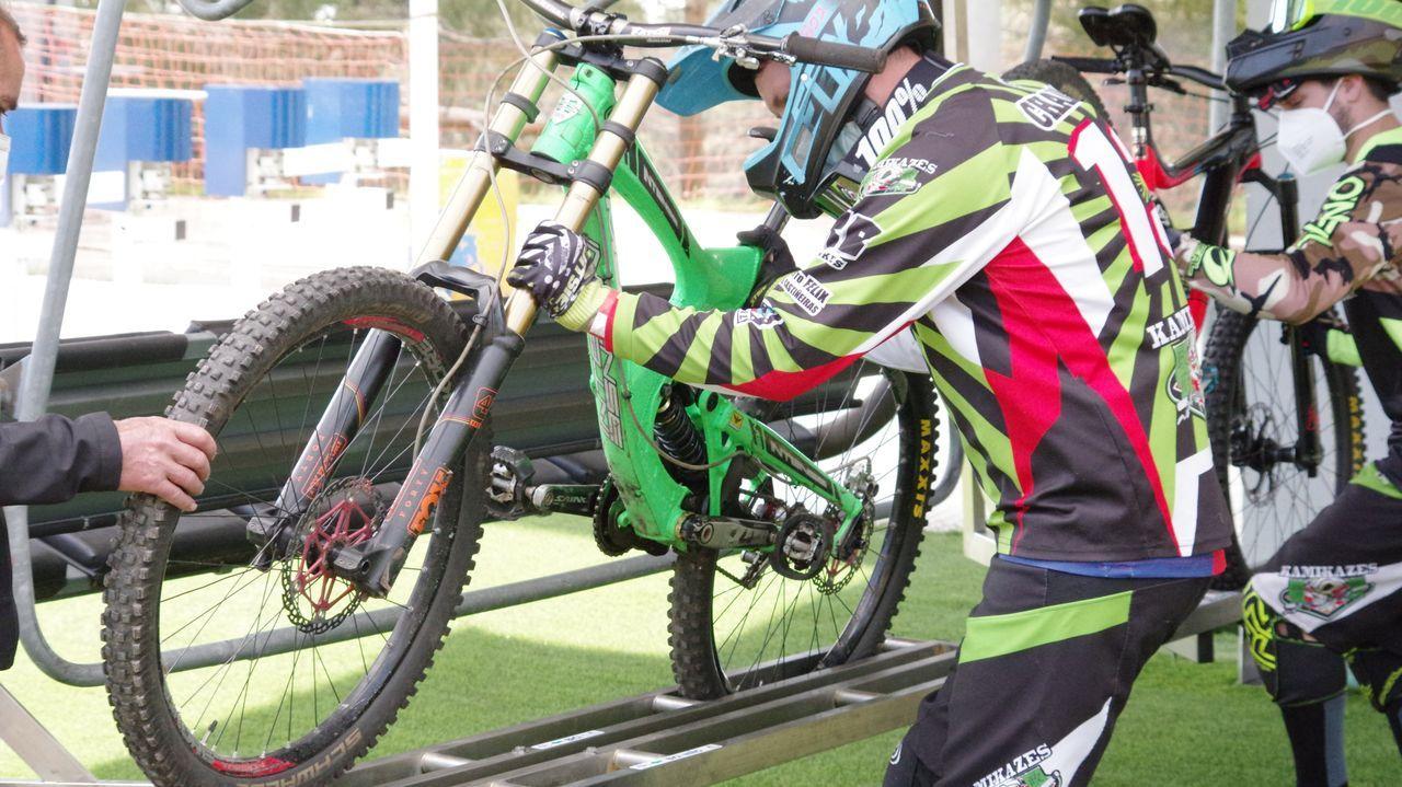 Así se disfruta Manzaneda con bici de montaña.La tirolina, de 250 metros de descenso a 45 kilómetros por hora y a una altura de diez metros del suelo