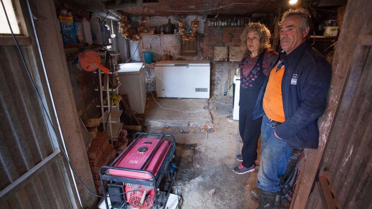 Jesús y Nuria, vecinos de Vilar de Cancelada, sobreviven gracias a un generador de diez litros de gasoil