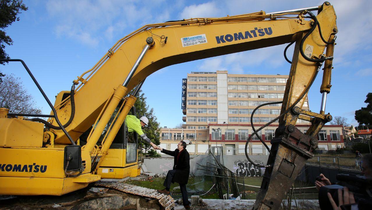 Pontevedra homenajea a la Constitución.El alcalde asistió al inicio de la demolición y dijo que así se soluciona «un error histórico»