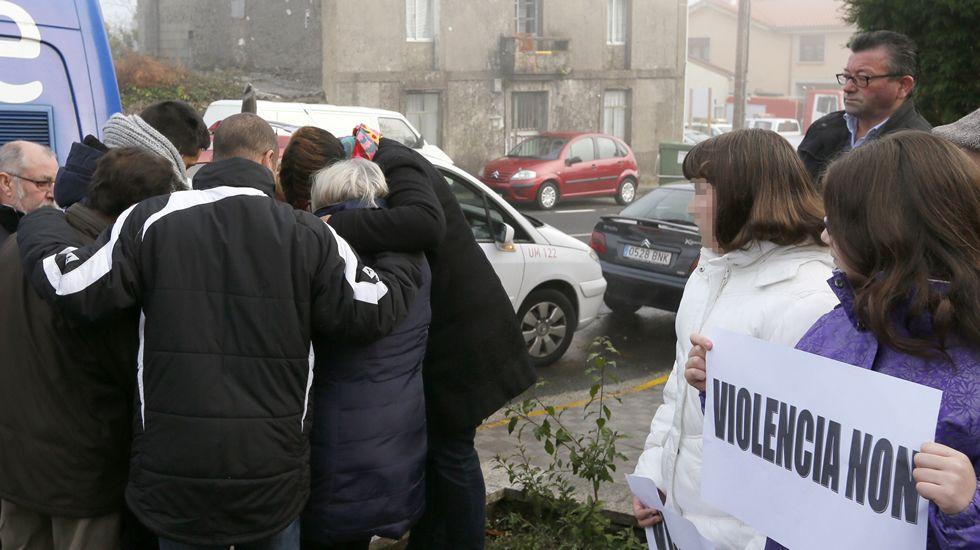 violenciamachista.La familia de Ana María Enjamio durante la concentración de repulsa contra la violencia machista en Boqueixón