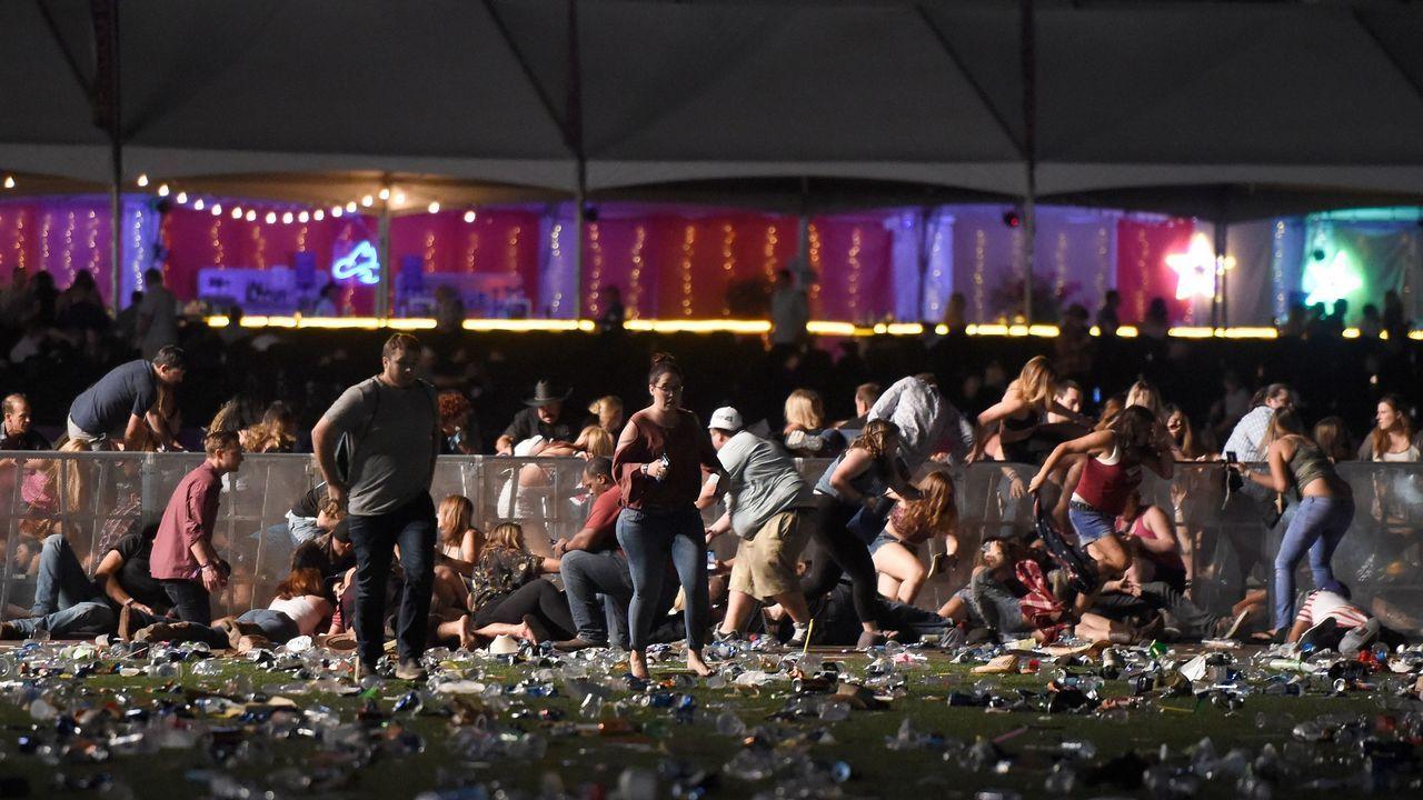 Gente corriendo tras el festival