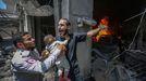 Un palestino pide ayuda después de que su casa fuera alcanzada por un ataque aéreo israelí en Gaza