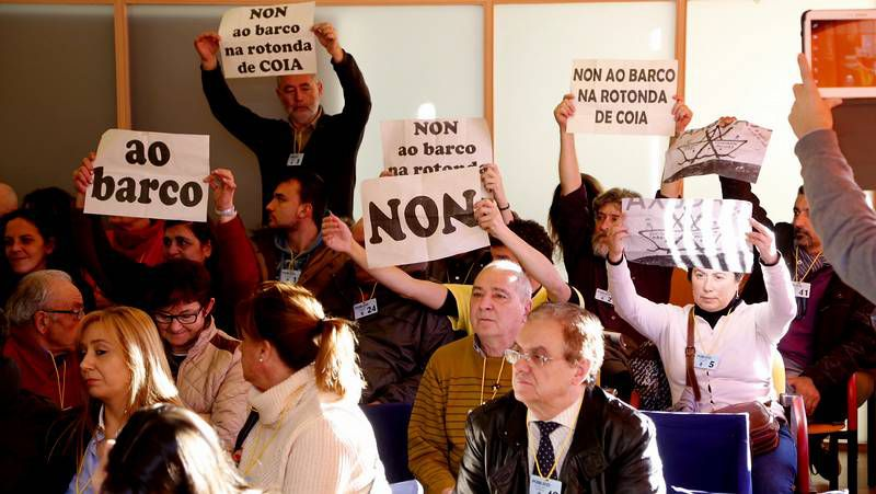 Pleno de diciembre en Vigo.Vecinos contrarios a la colocación del barco en la glorieta dieron ayer una vuelta simbólica.