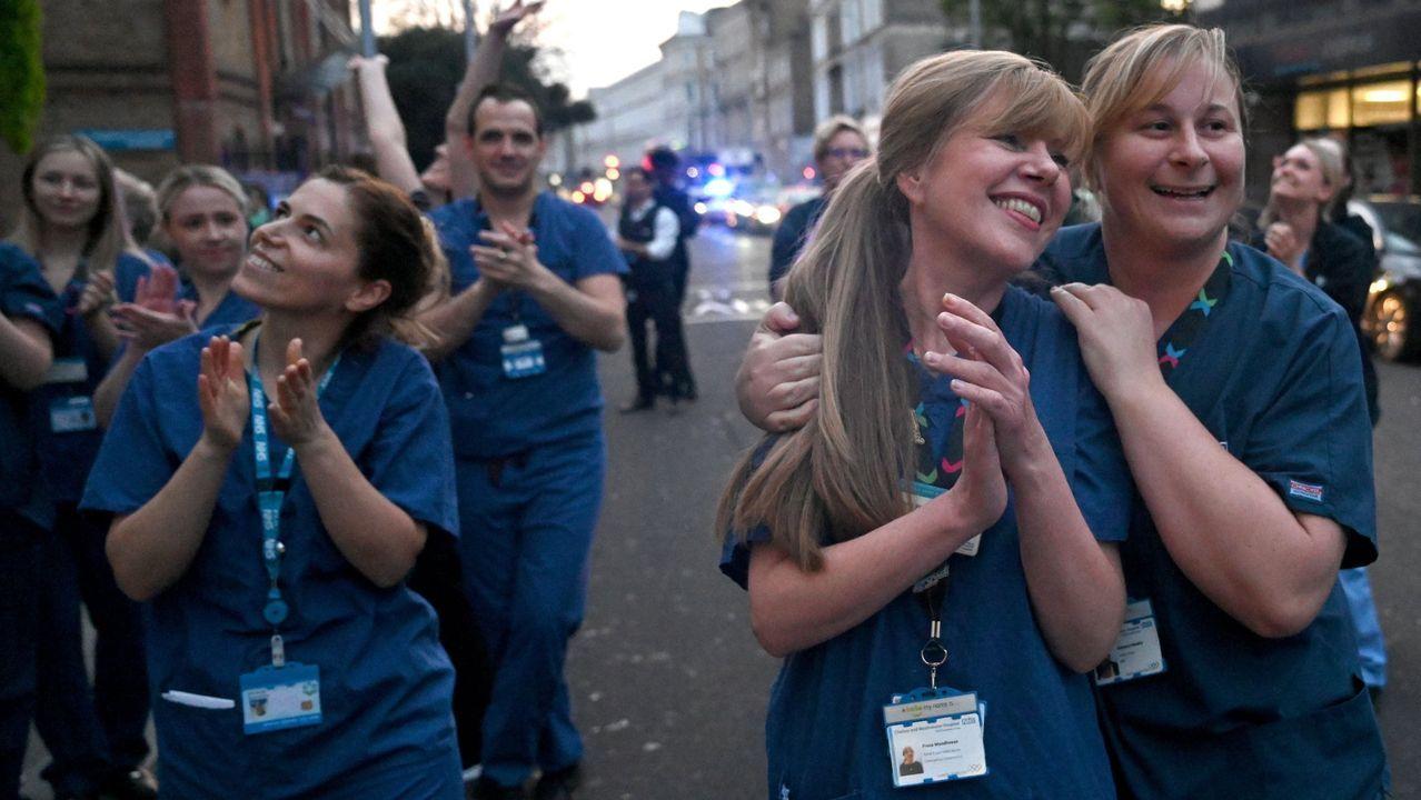 El mundose aferra a la mascarilla.Personal del sistema nacional de salud recibe aplausos en Londres