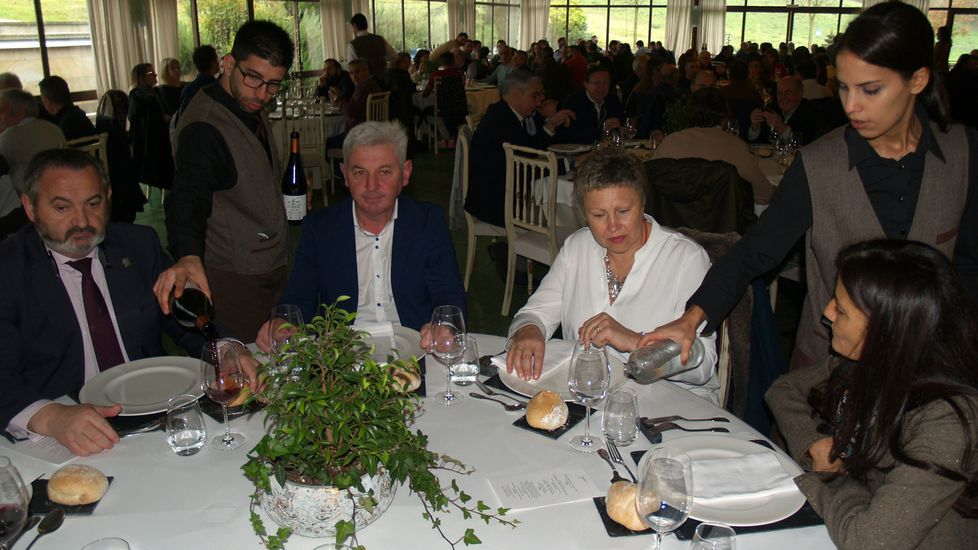 La subdelegada del Gobierno en Lugo (a la derecha) compartió mesa con la alcaldesa de Castro Caldelas y el delegado territorial de la Xunta (izquierda)