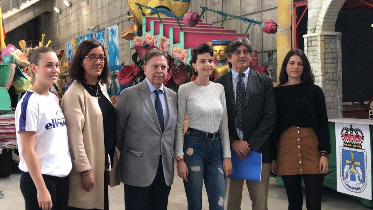 Covadonga Díaz , Alfredo Canteli, Felipe Díaz de Miranda y la reina y damas de honor de San Mateo durante la visita al Carlos Tartiere.
