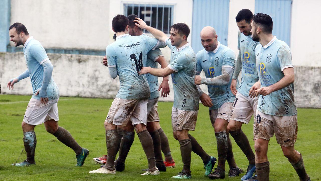Embarrados, jugadores del Viveiro festejan uno de los goles conseguidos este domingo