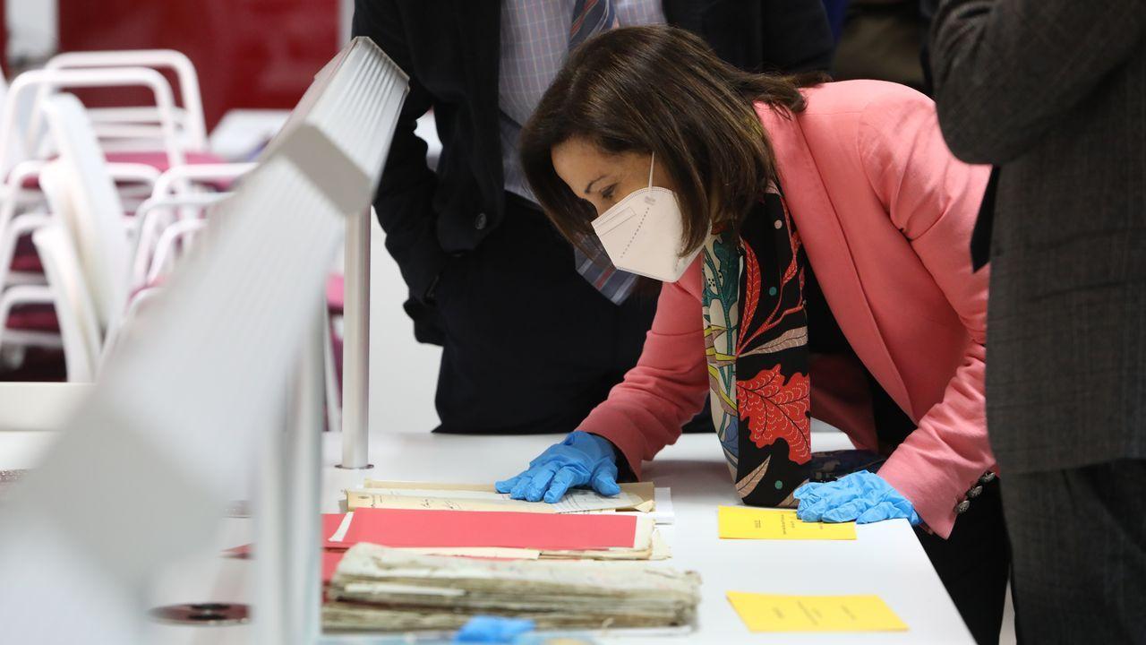 La ministra de Defensa, Margarita Robles, este viernes, durante su visita al Archivo Militar