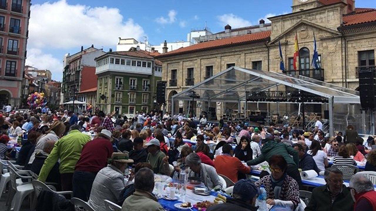 La multitudinaria Comida en la Calle de Avilés, en imágenes.Comida en la la Calle de Avilés
