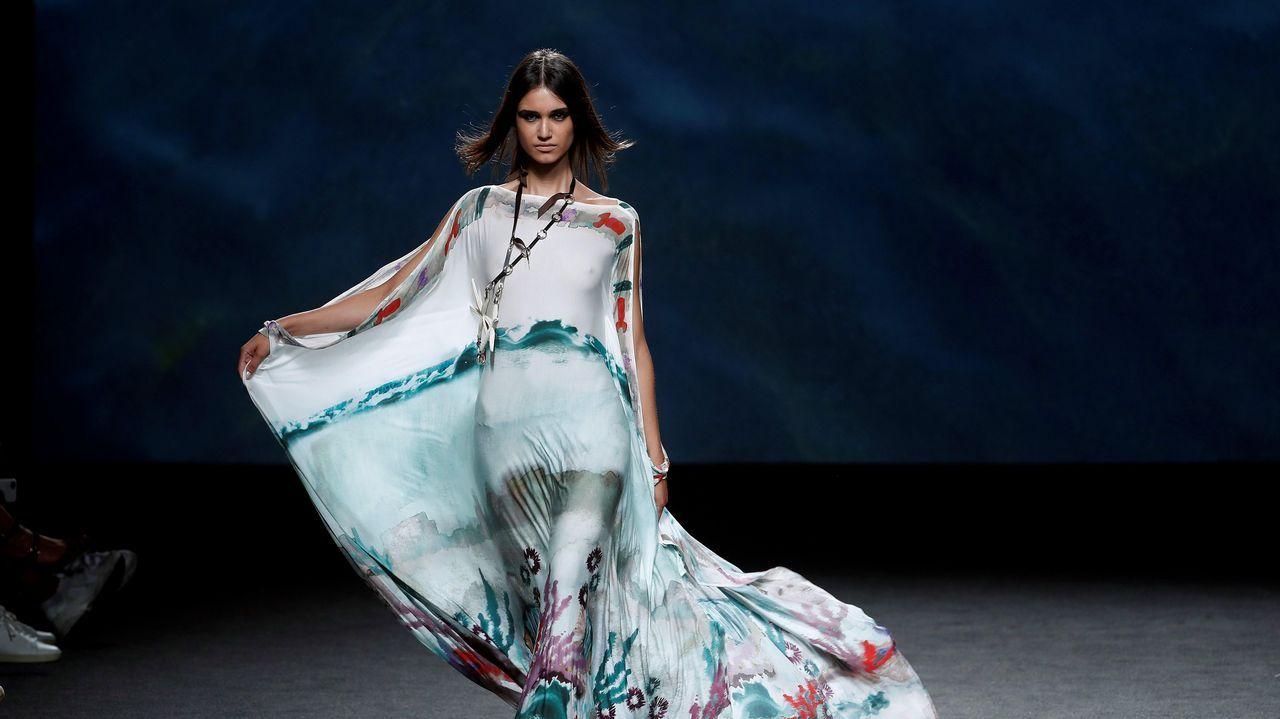 Una modelo luce una creación de Marcos Luengo para la primavera/verano 2019, durante la última jornada de la 68 edición de la pasarela Mercedes-Benz Fashion Week Madrid.