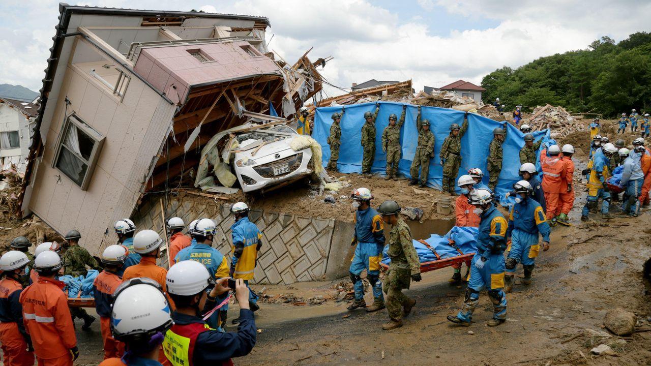 Cinco minutos para inundar la capital.Un corrimiento de tierras en Kumano destrozó una casa