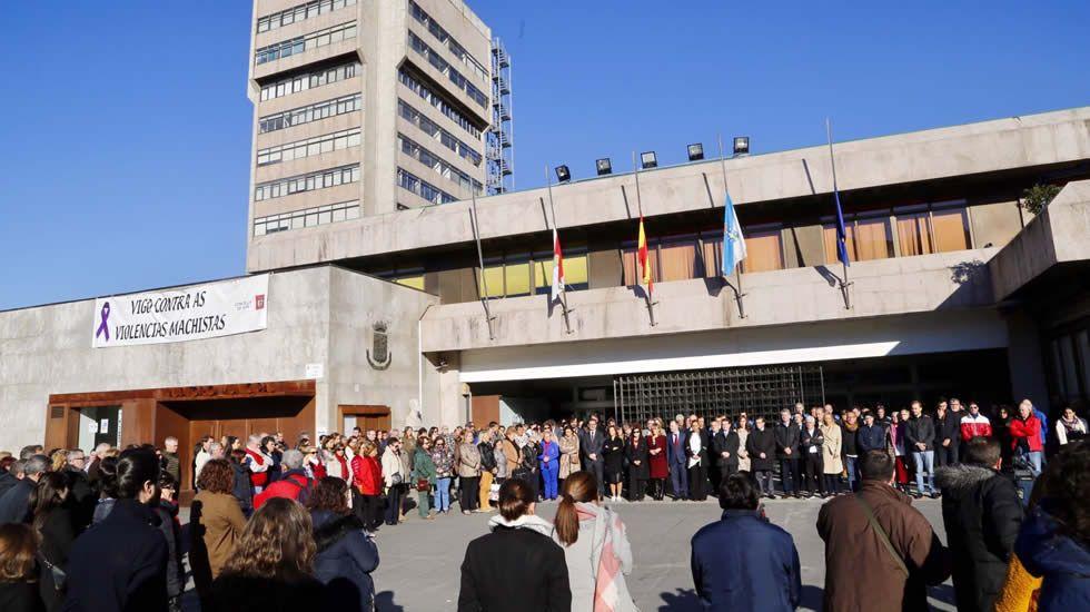 Minuto de silencio ante el concello de Vigo