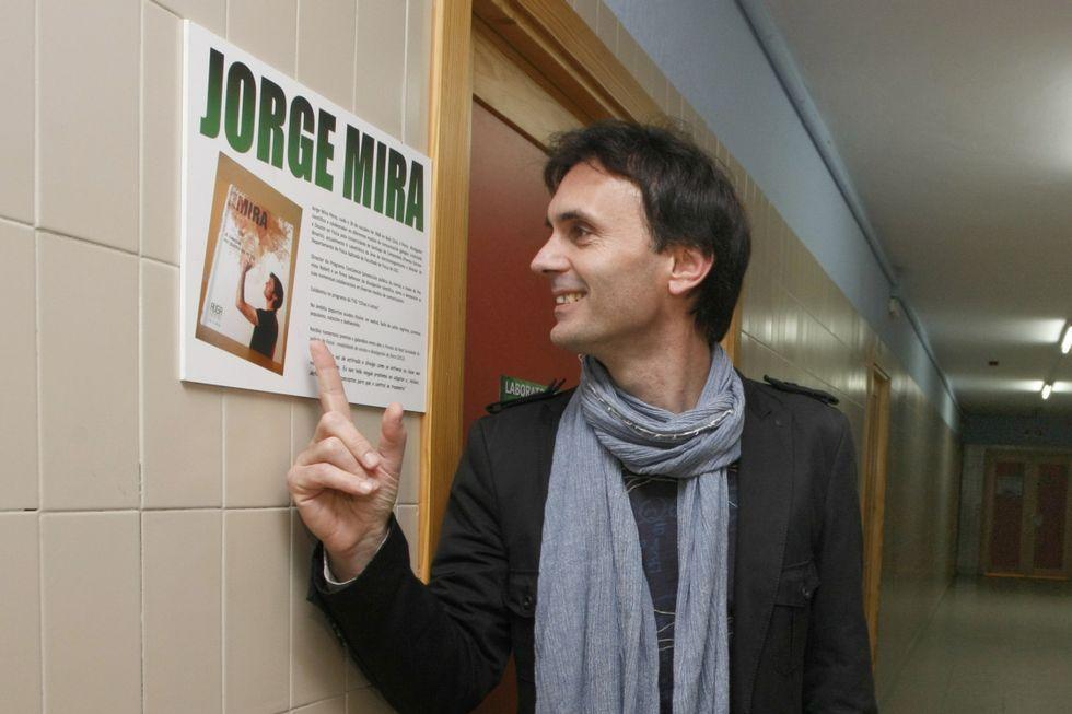 Jorge Mira, xunto á placa do laboratorio que leva o seu nome.
