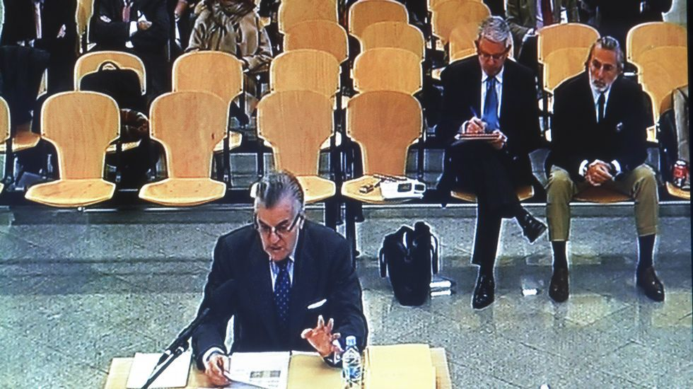Bárcenas: «No he recibido absolutamente nada del señor Correa ni para mí ni para el PP».Francisco Correa llegando hoy al juicio