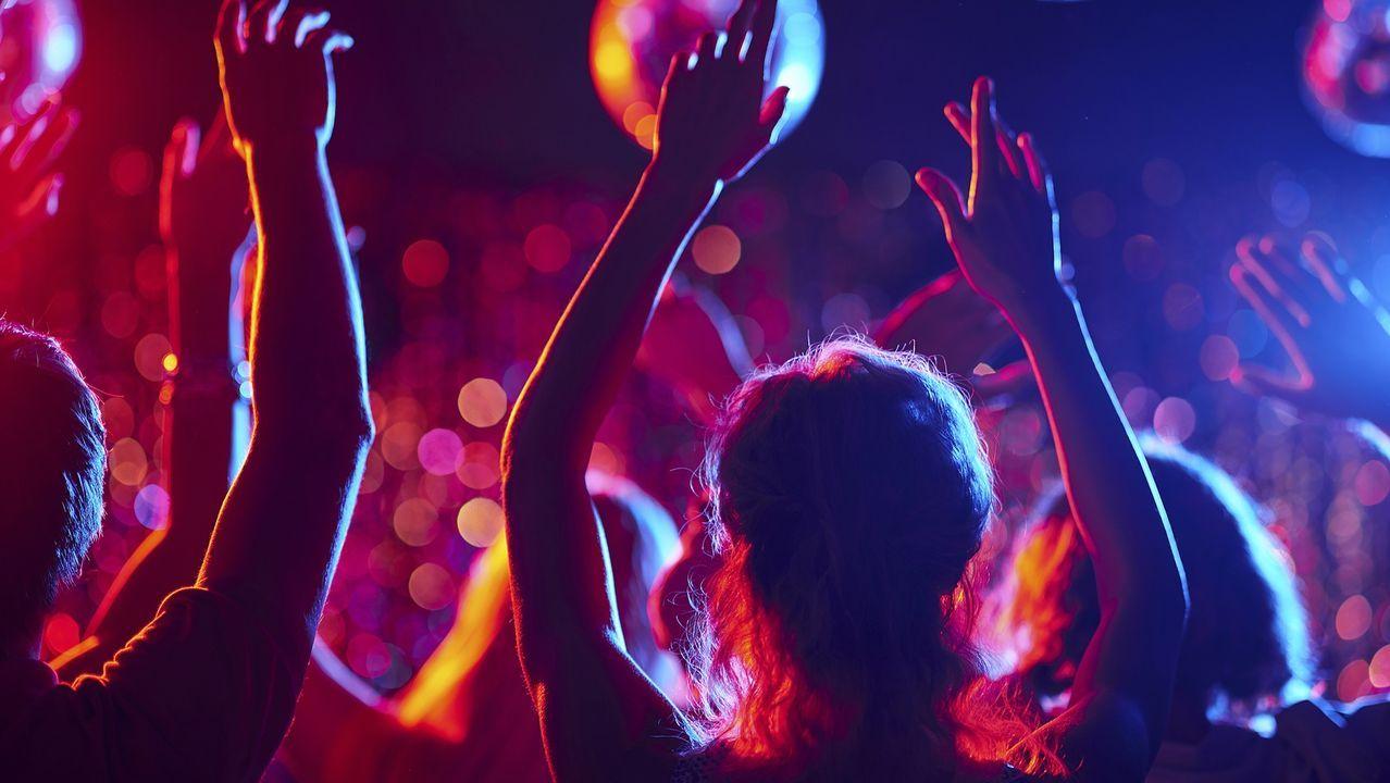 Imagen de archivo de jóvenes en una discoteca