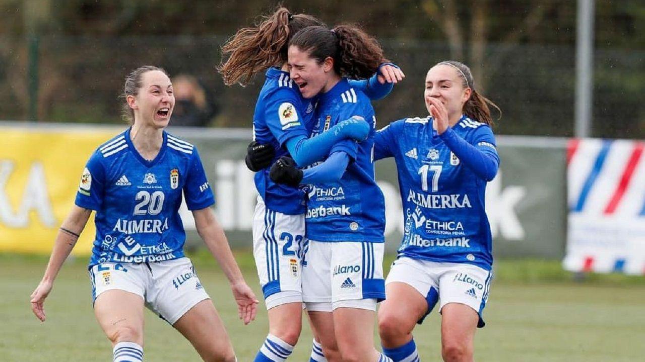 Triunfo del Pontevedra CF ante el Covadonga.Las futbolistas azules celebran el tanto ante el Racing de Santander